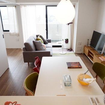 キッチンから団らんを眺めていたいですね。※家具はサンプルです