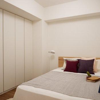 ダブルサイズのベッドを置くことも可能です。※家具はサンプルです