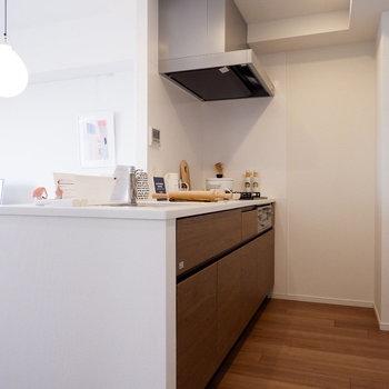 調理スペースのしっかり取られたキッチン。※家具はサンプルです