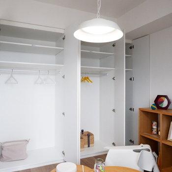 壁面収納たっぷりです。※家具はサンプルです