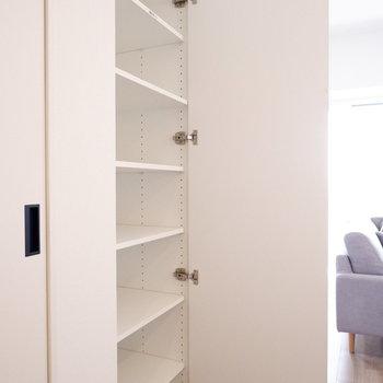キッチン横には食器やストックを入れられる収納も。※家具はサンプルです