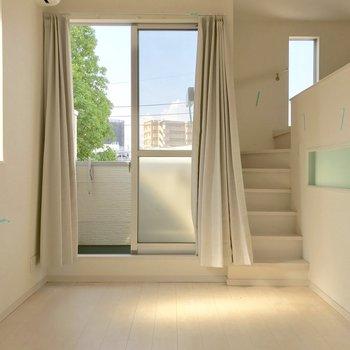 真ん中のお部屋ですが建物の構造上、窓が豊富です◎(※写真は清掃前のものです)