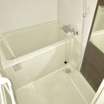 シンプルなバスルーム。(※写真は清掃前のものでフラッシュ撮影しています)