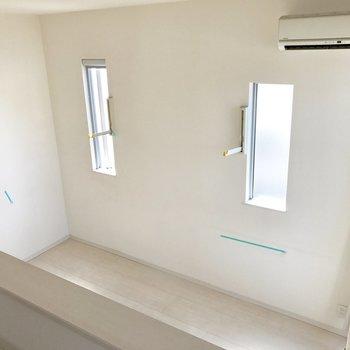 ロフトからの眺め。部屋干し用のフック付いてます。(※写真は清掃前のものです)