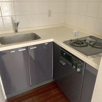 L字型のキッチン※写真は15階の同間取り別部屋のものです