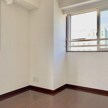 【ベッドルーム】2面採光で明るい!※写真は15階の同間取り別部屋のものです