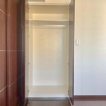 【ベッドルーム】長い丈の洋服もゆったり掛けられます※写真は15階の同間取り別部屋のものです