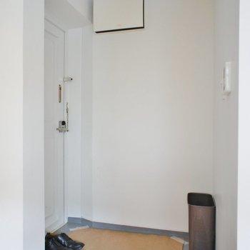 玄関、シューズボックスはありません※写真は1階の同間取り別部屋のものです ※家具はサンプルとなります