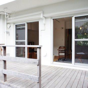 ウッドデッキは広々!※写真は1階の同間取り別部屋のものです ※家具はサンプルとなります
