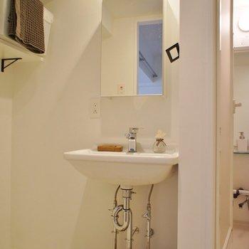 洗面台は少しコンパクト※写真は1階の同間取り別部屋のものです ※家具はサンプルとなります