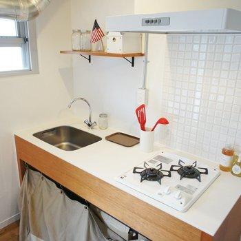 キッチンはガスコンロです、十分!※写真は1階の同間取り別部屋のものです ※家具はサンプルとなります