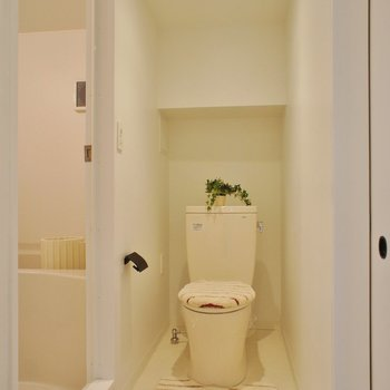 トイレは脱衣スペース同室です※写真は1階の同間取り別部屋のものです ※家具はサンプルとなります