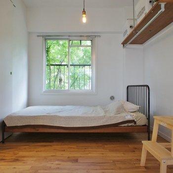 寝室の窓の近くにベッドいいですね。自然の光で目覚めたい。※写真は1階の同間取り別部屋のものです ※家具はサンプルとなります