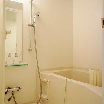 お風呂は普通ですが清潔感※写真は1階の同間取り別部屋のものです ※家具はサンプルとなります