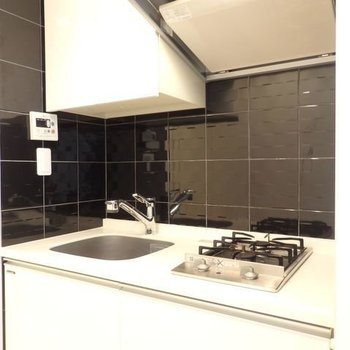キッチンはブラック。ピリッと引き締めてくれます。※写真は4階の反転間取り別部屋のものです