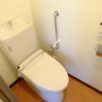 トイレはウォシュレット付き。※クリーニング前の写真です。