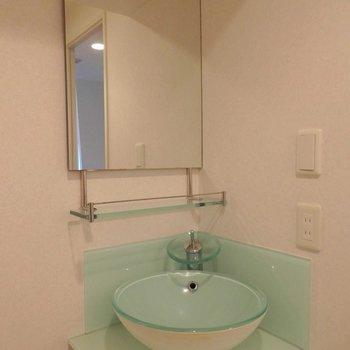 ライトグリーンの洗面台。水ハネが気になりません。※写真は2階の同間取り別部屋のものです