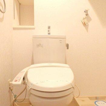 トイレはウォシュレット付きです。※写真は2階の同間取り別部屋のものです