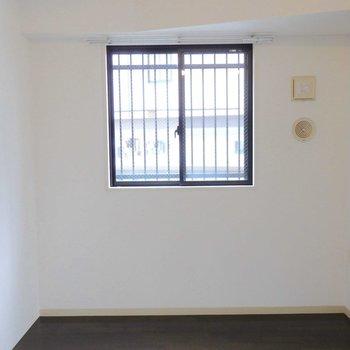 小窓からの光が嬉しい。※写真は2階の同間取り別部屋のものです