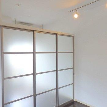 擦りガラスの引き戸とライティングレール。※写真は2階の同間取り別部屋のものです