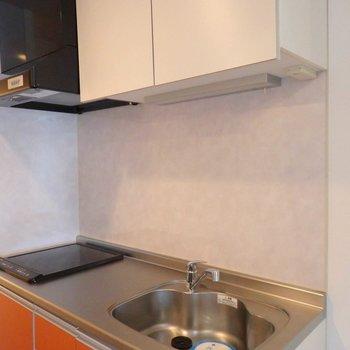 真っ赤なキッチン。※写真は2階の同間取り別部屋のものです