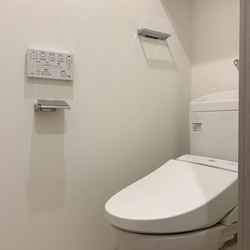 もちろんウォッシュレットつき。ちゃんと棚がついてるのもいいですね。※写真は4階の同間取り別部屋のものです