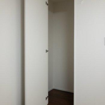 【洋室】サニタリーの横には物置があります。