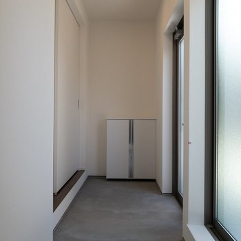 玄関は長く。そして広い。