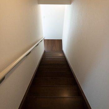 【DK】階段を降りて玄関と洋室に向かいましょう。