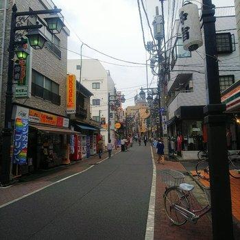 お部屋の周囲は商店街です。