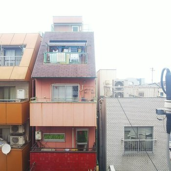 向かい側は別のマンションです。