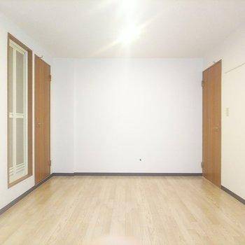 こちらは窓側から見たお部屋。