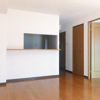 【LDK】右手の扉から洋室へ繋がります。