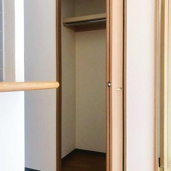 【LDK】キッチン横にポール付きの収納スペース。