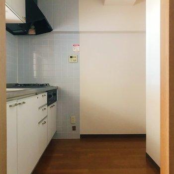 【LDK】爽やかなブルーがアクセントのキッチン。