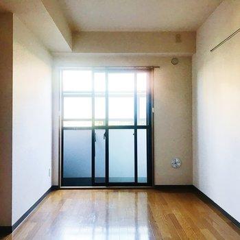 【洋室6.3帖】こちらは寝室でしょうか。