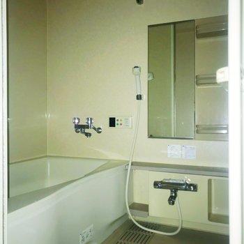 鏡付きお風呂。※フラッシュを使用しています