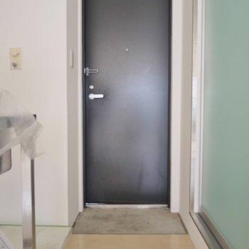 玄関は狭いです…シューズボックスは用意してね!※写真は同タイプの別室