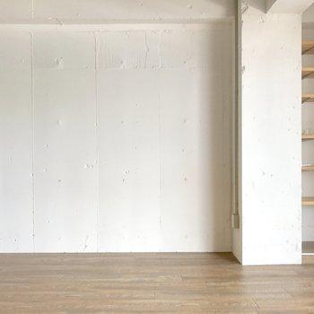 寝室として使うならベッドを壁寄せで。