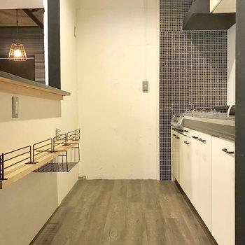 このキッチンスペースはわくわくするでしょ?冷蔵庫は奥のほうに。