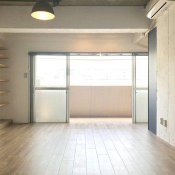 窓が広い。壁もコンクリを塗装したものなんです。