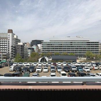 目の前に立体駐車場の屋上。ここは5階ですからね。