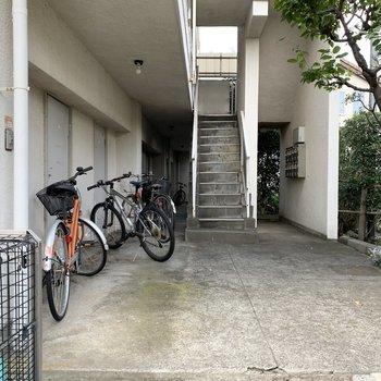 1階の共用部に自転車などを。