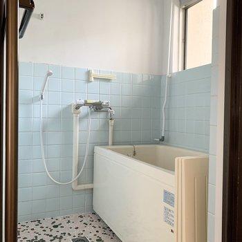 爽やかな水色タイル調の浴室です。※写真は前回募集時のものです