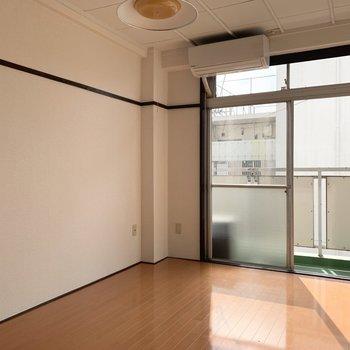 【洋室】落ち着いた色合いのお部屋です。※写真は前回募集時のものです