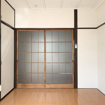【洋室】格子扉が和の雰囲気を感じさせてくれます。※写真は前回募集時のものです