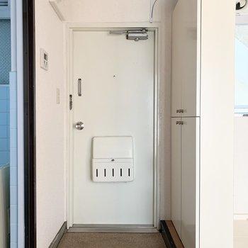 玄関はコンパクト。※写真は前回募集時のものです