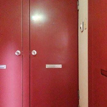 真っ赤な扉に引き込まれていきそう。