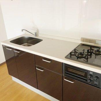 シックでかっこいいシステムキッチン。奥には冷蔵庫も置けますね。