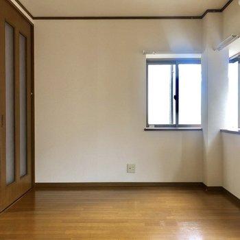 【出窓がある洋室】綺麗なフローリングなんです。